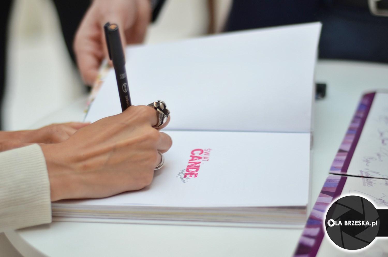 Candelaria Molfese podpisuje książki w Polsce