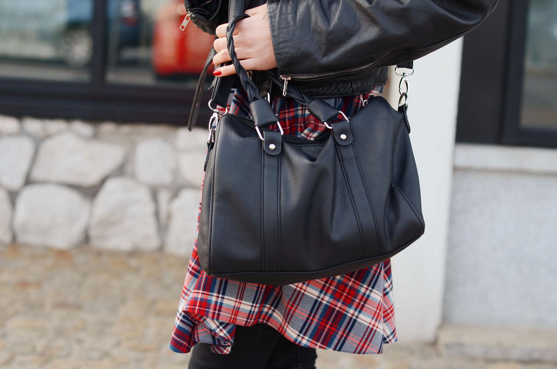 torba z house i sukienka w kratkę