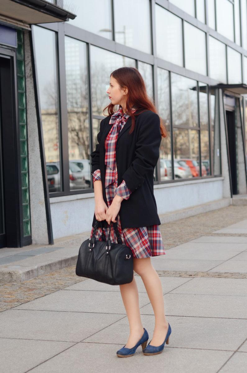koszulowa sukienka w kratkę od lattore elegancko biznesowo do pracy