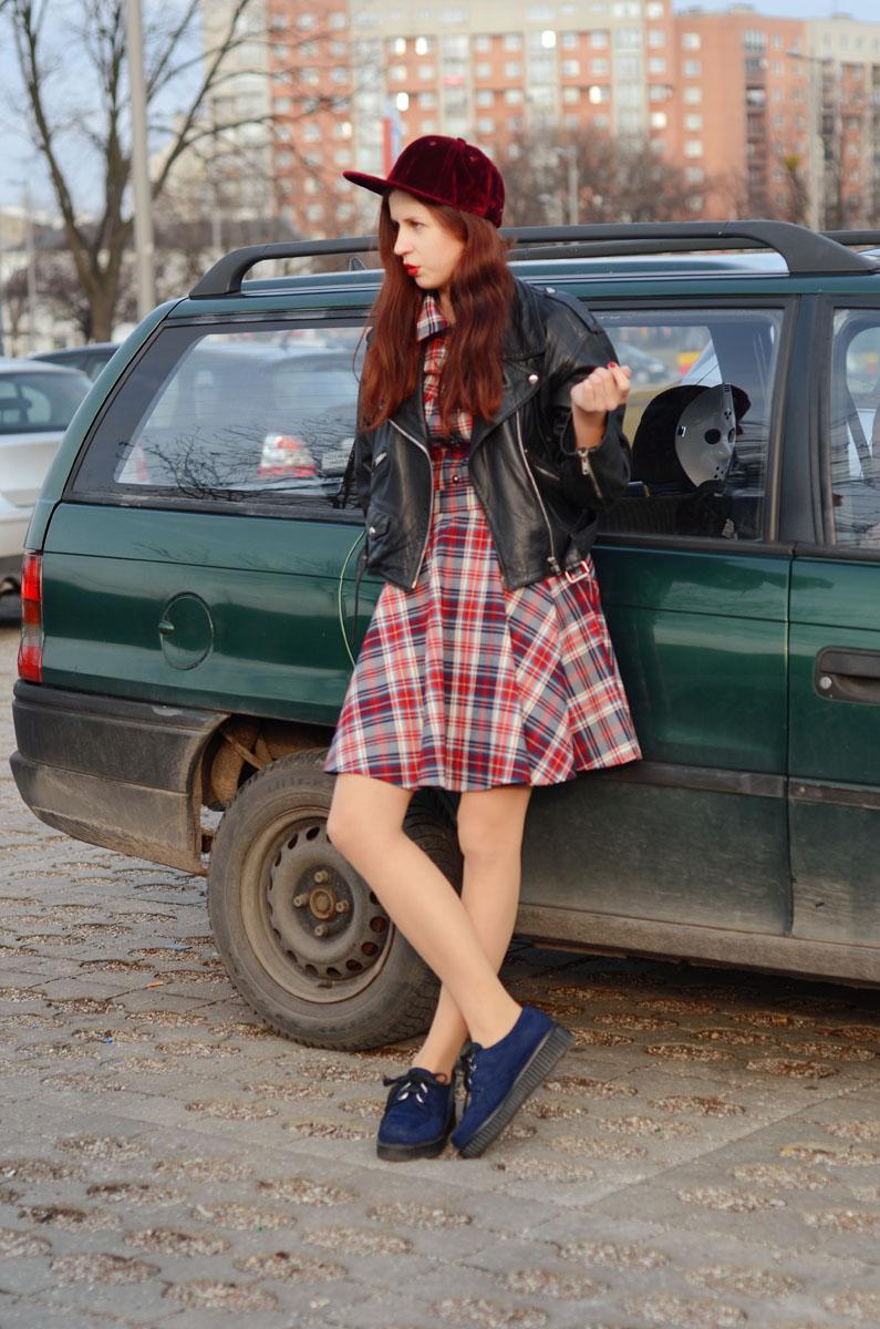 sukienka w kratkę i ramoneska