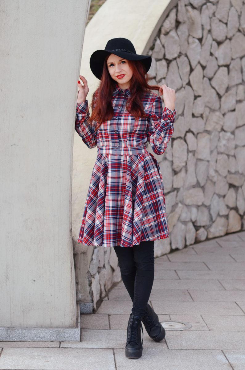 koszulowa sukienka w kratę i trampki altercore