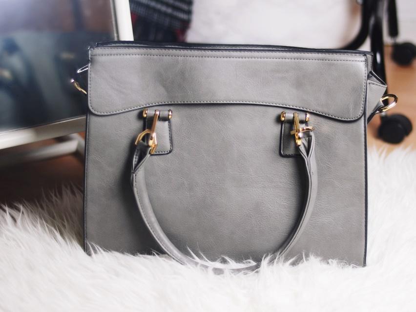 43c63c6accbb6 Szara torebka trochę jest jaśniejsza niż na zdjęciach. Poza tym nie różni  się niczym. Fajnie wykonana, ma porządne suwaki i rączki do trzymania, ...