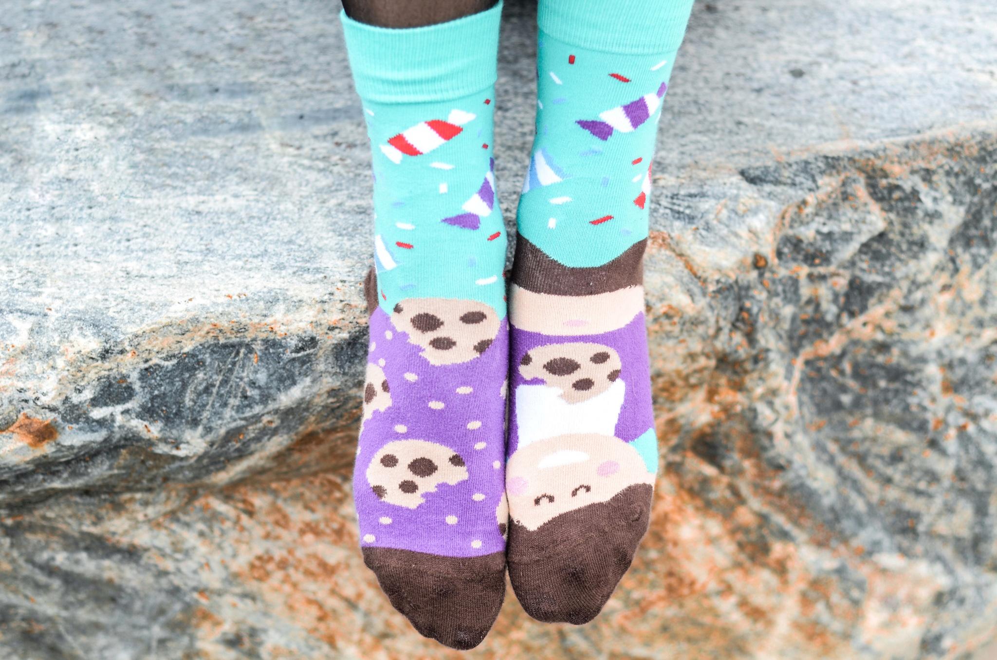 37e2ad6044e4a1 Jak nosić kolorowe skarpetki i gdzie kupić skarpety w śmieszne wzory?